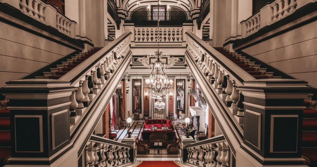 """Vue """"d'en haut"""" de l'escalier. ©Saint James"""